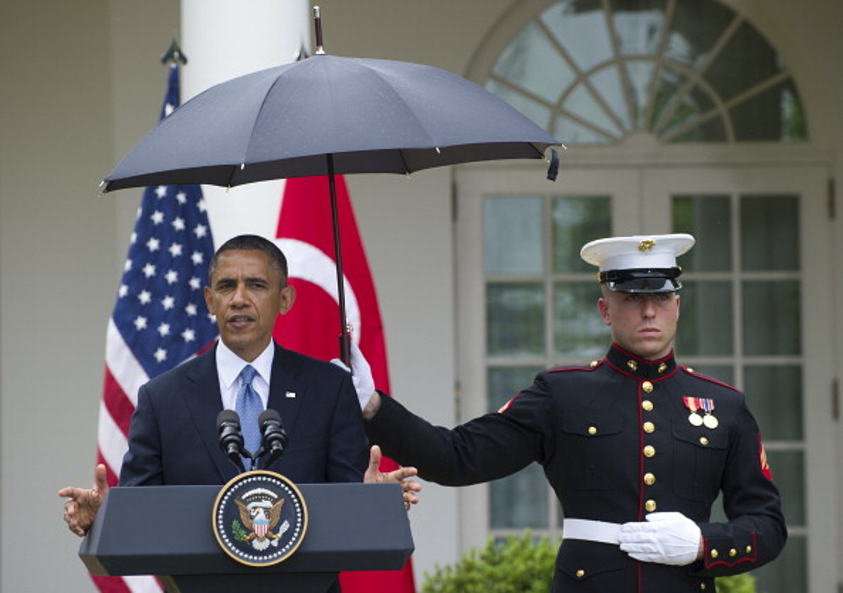 president-obama-marine-umbrella.jpg